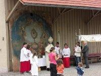 Fronleichnamssegen vor dem wiederentdeckten Kirchenbild 2012