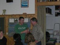 Christian Menig gratulierte Roland und überreichte das Geschenk der Musikkapelle Urlau